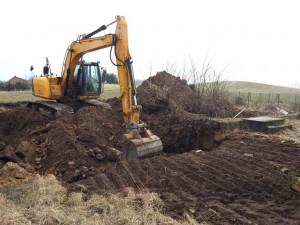 Nasza koparka wykonująca rozbiórkę starych fundamentów